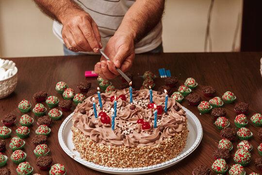 Ascendendo as velas de aniversario em cima do bolo