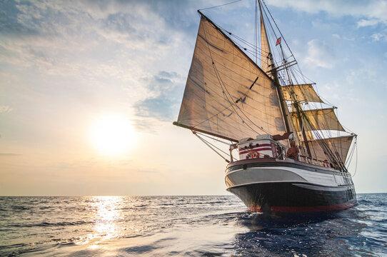 Altes Segelschiff in der Abendsonne vor Lipari