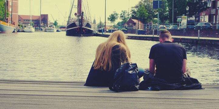 Junges Paar beim Chillen an Fluss