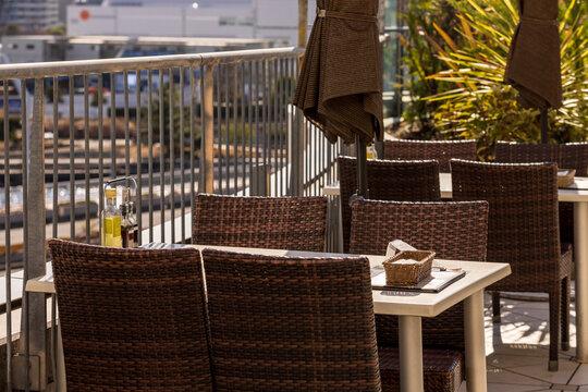 日の当たるベランダにある開放的なレストラン