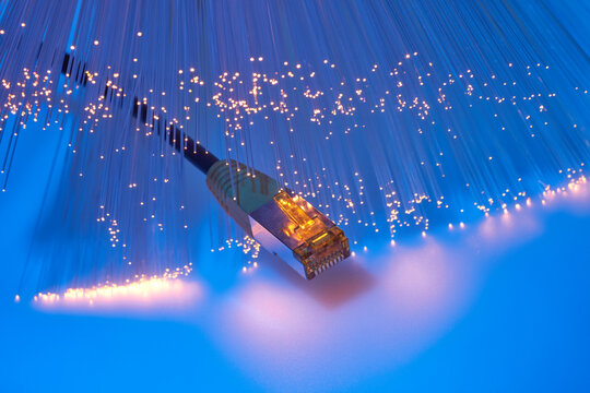 Daten lassen sich über Kupferkabel und Lichtleiter übertragen.