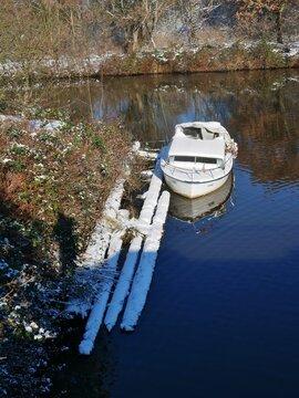 Motorboot mit Schnee am Elbkanal