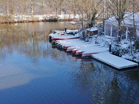 Boote am Anleger an der Elbe