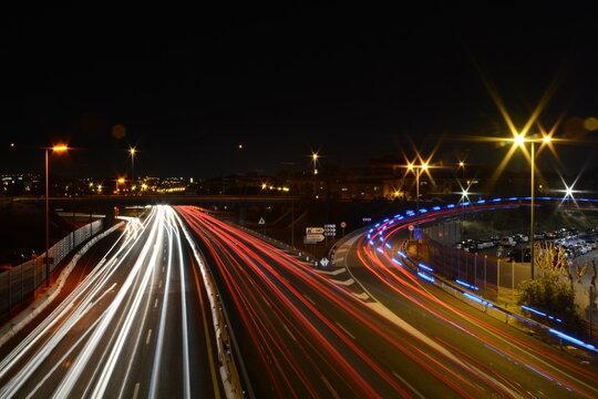 Autopista de noche a larga exposición.
