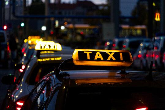 Leuchtende Taxischilder