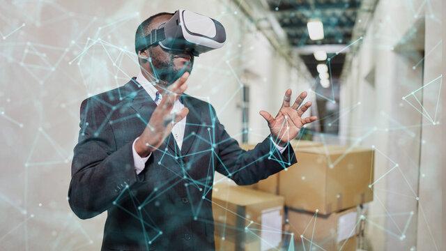 Geschäftsmann visualisiert Netzwerk mit VR-Brille