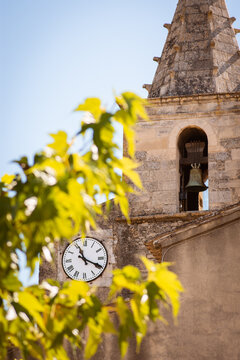 Old French church with clock in the city Cabrières-d'Avignon, Frankrijk Provence Alpes Cote d'Azur, South of France. Time has literally stood still here. A real authentic place in Provence.