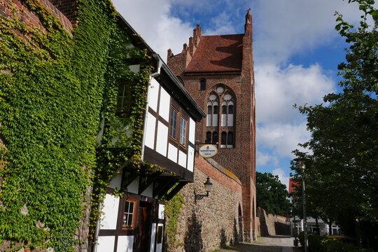 Stadtmauer mit Treptower Tor und Wiekhäusern in Neubrandenburg
