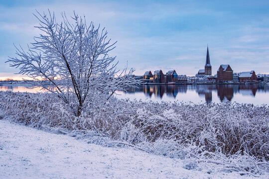 Blick über die Warnow auf die Hansestadt Rostock im Winter.