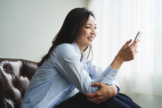 スマートフォンを見る30代日本人女性