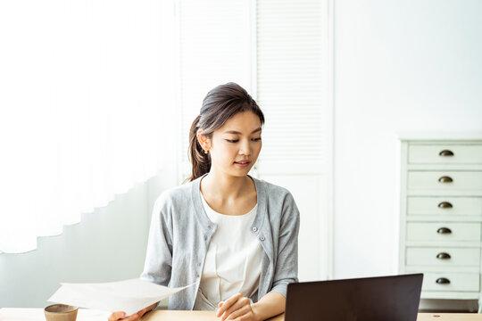 テレワークをする30代日本人女性