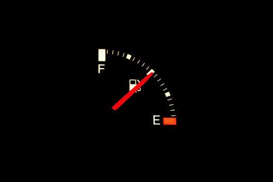 Eine Tankanzeige in einem Auto