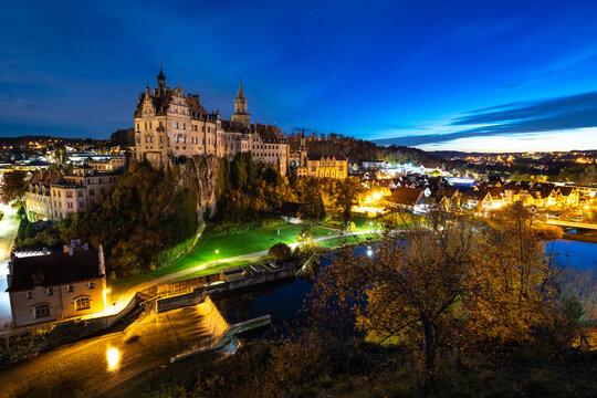 Hohenzollernschloss Sigmaringen in der blauen Stunde von oben