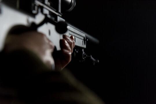 狙撃銃を構える人物
