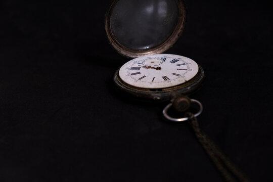 Relógio num fundo preto