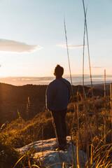 Fototapeta sunset en la monta y chico de obserbandolo  obraz