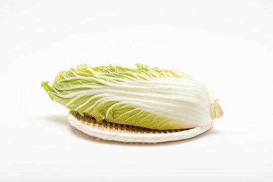 ザルの上に置いてある、カットされた白菜