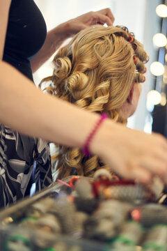 Blonde lockige Braut beim Friseur, getting ready