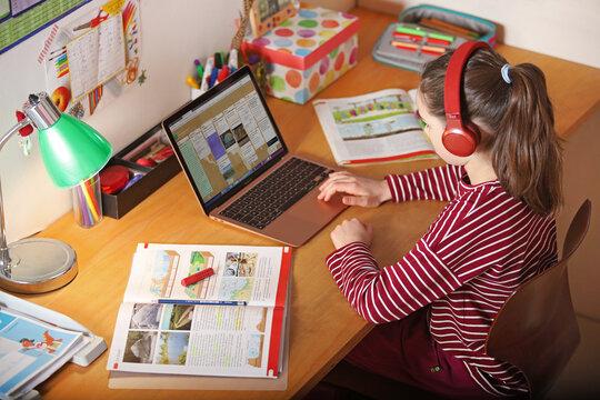 Ein Mädchen macht während der Coronakrise Schularbeiten zuhause am 13.01.2020
