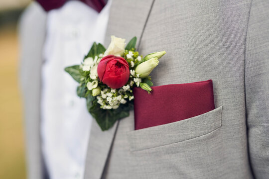 Blume am Revers eines Bräutigams
