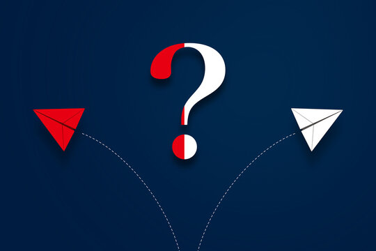 二方向に分かれる軌道を描く紙飛行機と、クエスチョンマーク。選択、分かれ道、どっち、ビジネス、戦略、プラン、進路