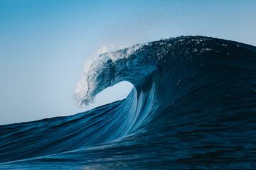 ola rompiendo en el mar durante un día de verano en la playa