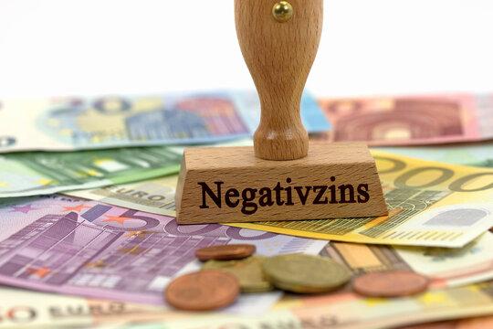 Stempel mit dem Aufdruck Negativzins auf Banknoten