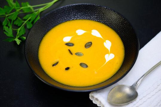 Kürbissuppe mit Petersilie