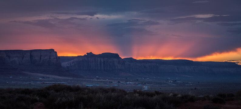 Sonnenuntergang nahe dem Monument Valley, welches an der südlichen Grenze des US-Bundesstaates Utah sowie im Norden Arizonas liegt.