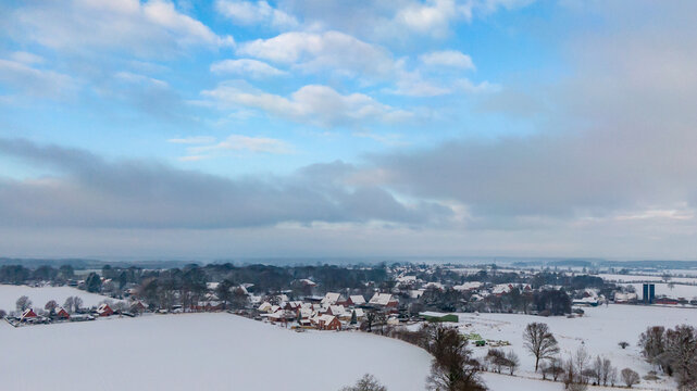 Verschneites Dorf aus der Vogelperspektive in Schleswig-Holstein, Deutschland