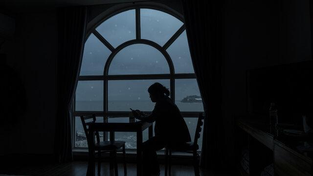 눈내리는 겨울 누군가를 기다리는 여인