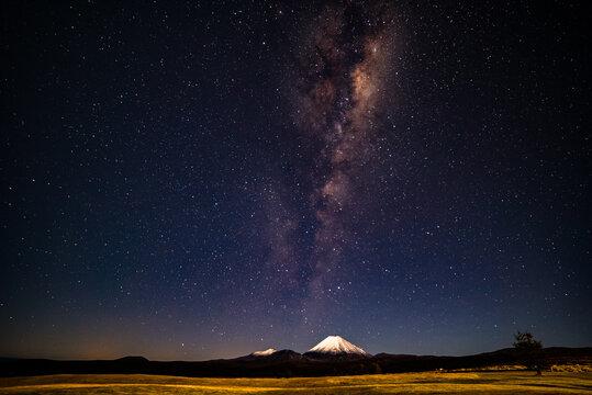 """Der Sternenhimmel über dem Mt. Ngauruhoe im Tongariro Nationalpark auf der Nordinsel Neuseelands. Hier lässt sich mit dem """"Tongariro Crossing"""" eine der schönsten Wanderungen der Welt durchführen."""