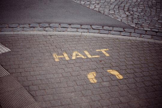 Halt stehen bleiben. Hinweis für die Fußgänger im Straßenverkehr