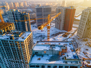 Obraz Building crane on construction site surrounded by new real estates - fototapety do salonu