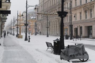 Wall Mural - Zima 2021 intensywne opady śniegu, Łódź 08.II.2021 ulica piotrkowska