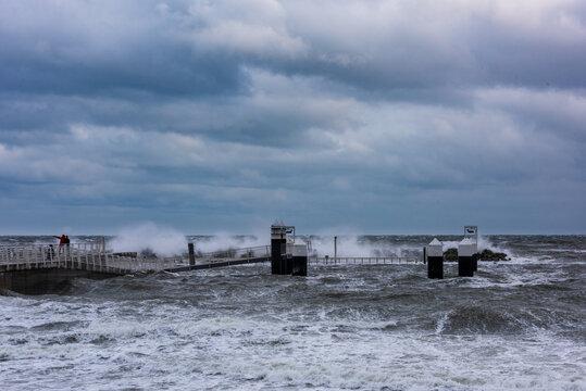 Sturmtief Tristan sorgt in der Kieler Förde für Hochwasser, Wellen und Gischt in der Kieler Förde. Impressionen aus Strande, Schilksee und Kiel.