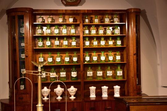 armadio dei reagenti di uno speziale o Farmacista