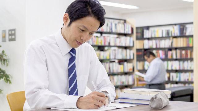 図書館で勉強するビジネスマン