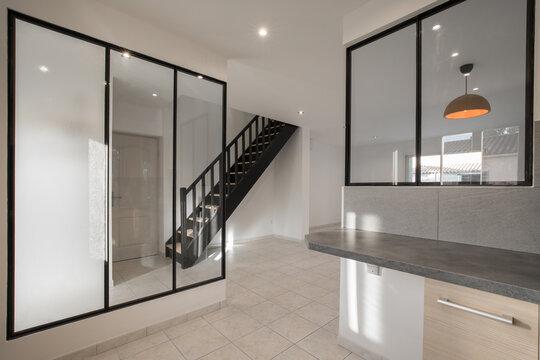 baie vitrée  industrielle et escalier