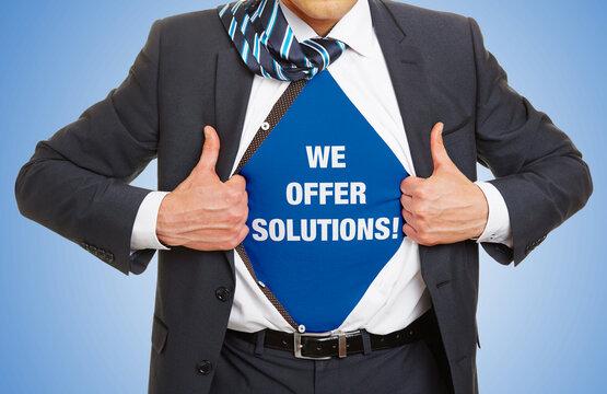 Mann im Anzug trägt Slogan We offer Solutions!
