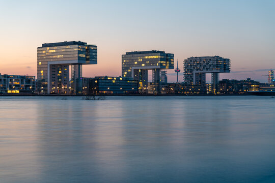 Die Kranhäuser nebst Funkturm am Rhein bei Hochwasser