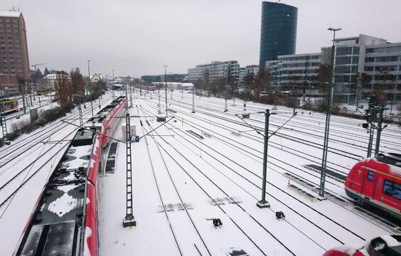 Verschneiter Bahnhof