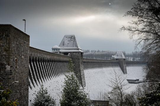 Sperrmauer Möhnesee im Winter