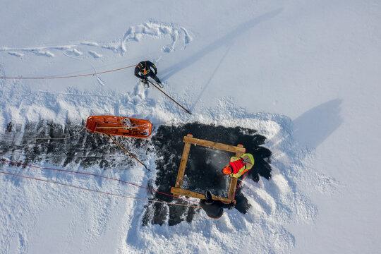 Eisrettung: Feuerwehr rettet Wintersportler aus dem Wasser. (Übung, 2021)
