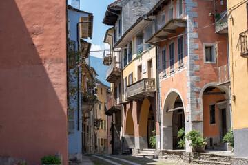 Smalle steeg te midden van gebouwen in de stad
