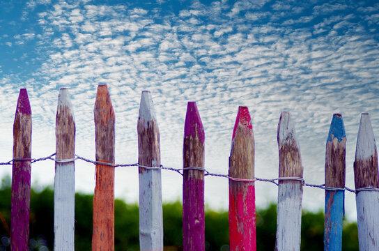Bunter Zaun aus Farbstiften