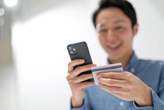 クレジットカード・スマートフォン・男性