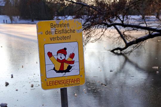 betreten der eisfläche verboten schild im zugefrorenen see