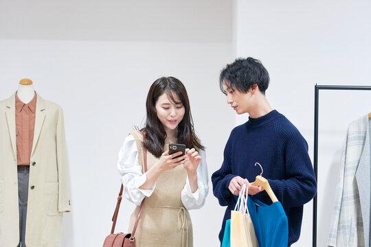 ショッピングを楽しむカップル