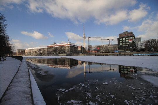 Winter in Berlin; Blick über die Spree zum Rolandufer